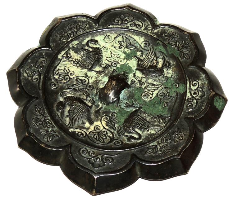 EASTERN ORIENTAL CEILING PLATE in bronze with zoomorphic animal decoration with vegetal filigree in the shape of a flower. Diameter: 12.5 cm.