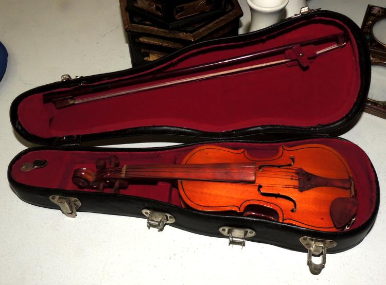 SMALL TOY VIOLIN in wood with original box.Measures case: 5x29xe cm.