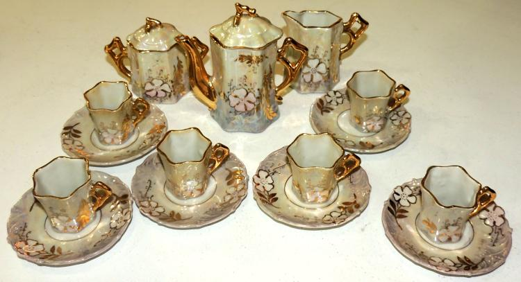 COFFEE SET END. S.XIX small in French porcelain with hand painted enamel decoration of flowers with golden edge. Composed by coffee maker, dairy, sugar bowl and 6 cups service with their plates. Ideal for playing with dolls.