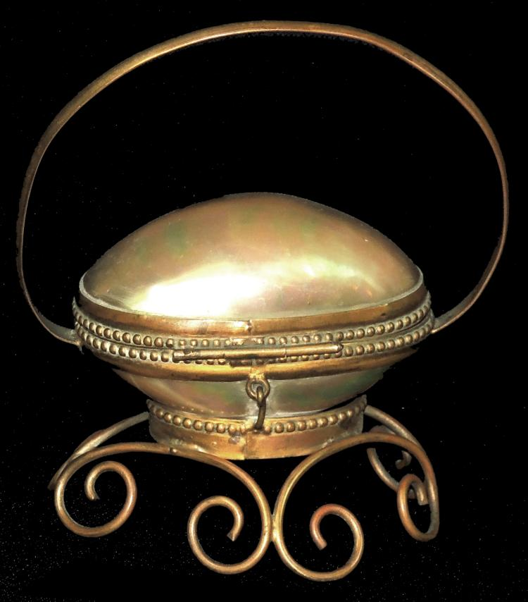 BOX JOYERO S. XIX French in shell of mother-of-pearl and golden metal. Measures: 12x10 cm.