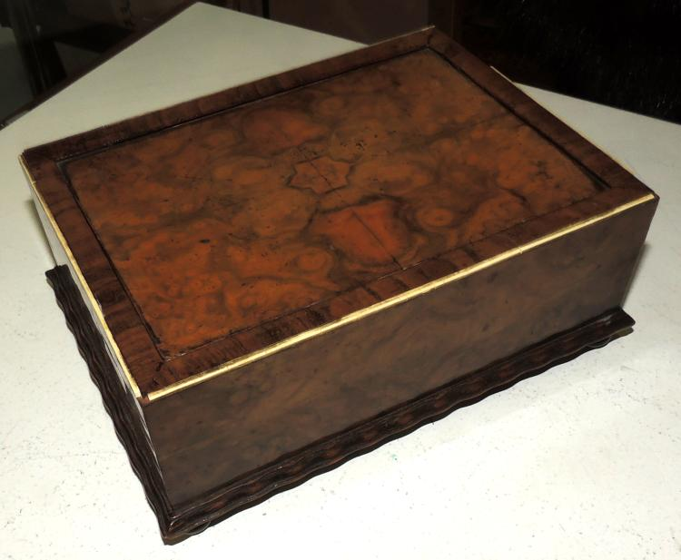 OLD BOX JOYERO in wood with bone edge. Measures: 8x20.5x15 cm. Desp. in the bone and problems with a leg.