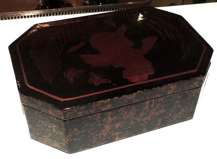 JEWELERY BOX in lacquer with decoration of flowers and butterflies. Measures: 7x19x12 cm.
