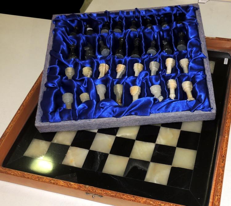 CHESS SET in black and white veined marble with all its chips also in marble. Board dimensions: 40x40 cm.