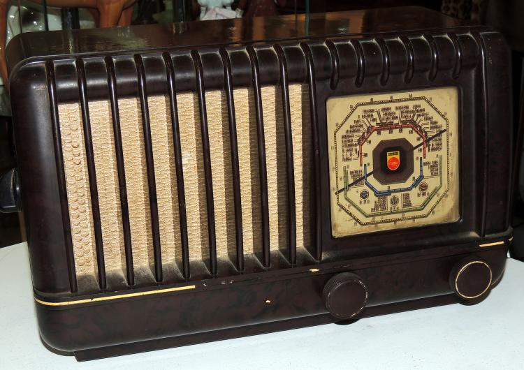 OLD RADIO in wood.It needs review.Measures: 24x40x27 cm.