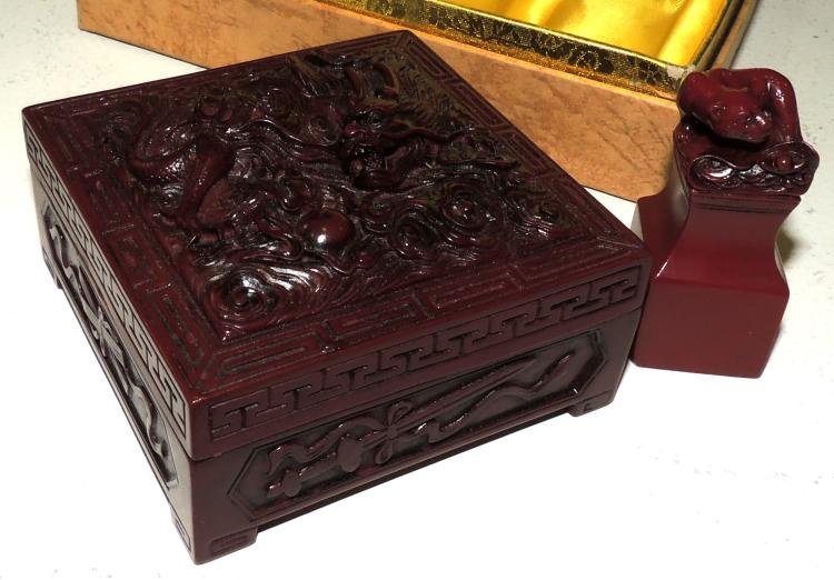 BOX AND EASTERN SEAL in red lacquered pasta with engraved decoration.In box.Measures case: 5.5x16x11.5 cm.