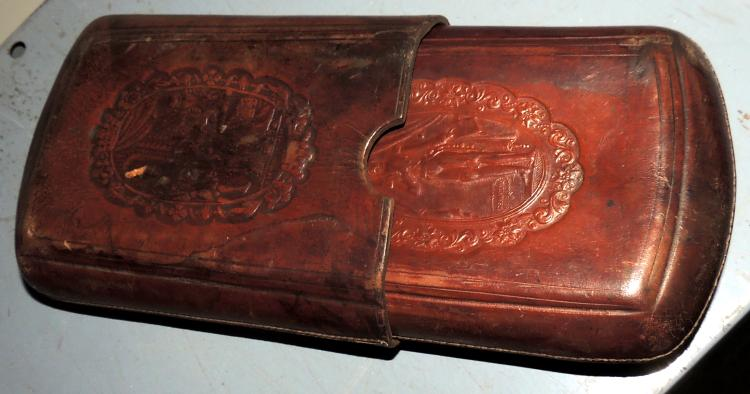 S.XIX PITILLERA in embossed leather with engravings on medallions of quixotic scenes.Lig.afterMeasures: 19x12 cm.