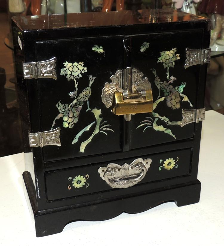 ORIENTAL JEWELERY BOX in black lacquer with mother-of-pearl decoration.Measures: 21x18x8.5 cm.