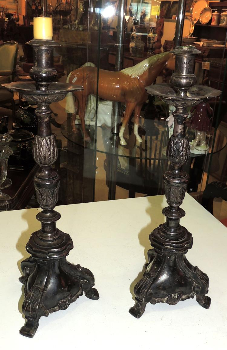 PAIR OF CANDELERS in patinated metal forming roleos. Height: 43 cm