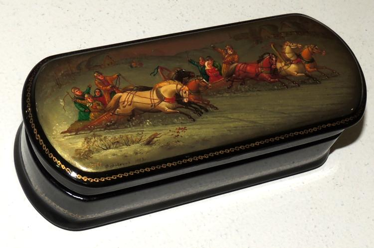 FEDOSKINA, 1993, RUSSIAN BOX-JEWELERY in lacquered wood with motif decoration.Length: 14 cm.