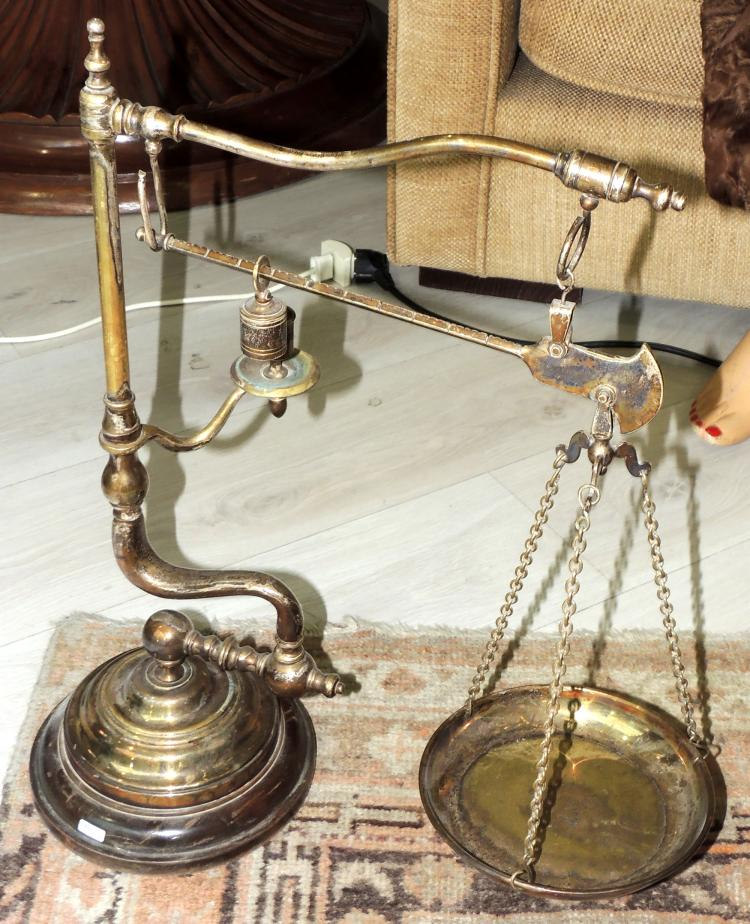 OLD WEIGHING MACHINE in gold metal with marble base. Measures: 54x33 cm.