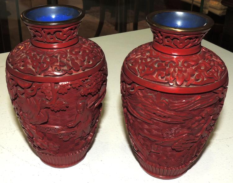PAIR OF VASES in red lacquer decorated with oriental scenes.Height: 13 cm