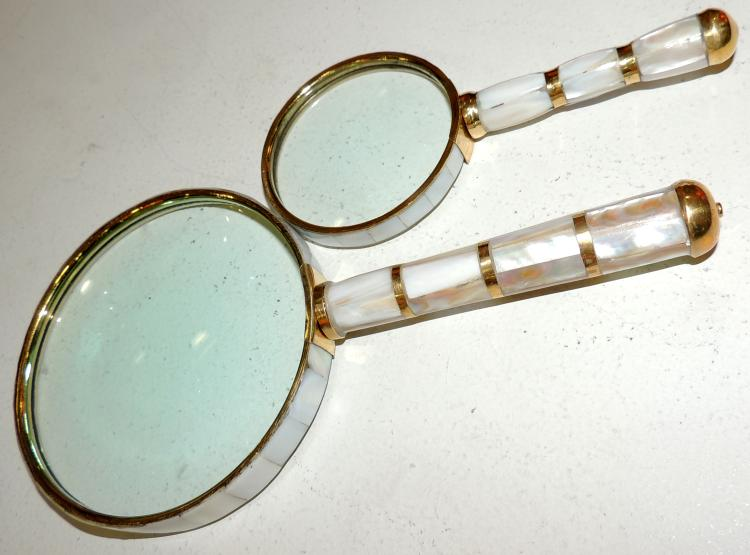 PAUP OF LOUPES in nacre and gold metal. Measures: 21 and 14 cm.