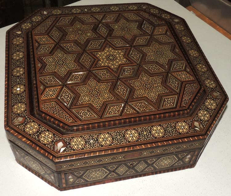 BOX ARABESCA with marquetry and mother-of-pearl inlays.Lig.afterat the base.Measures: 9.5x33x33 cm.