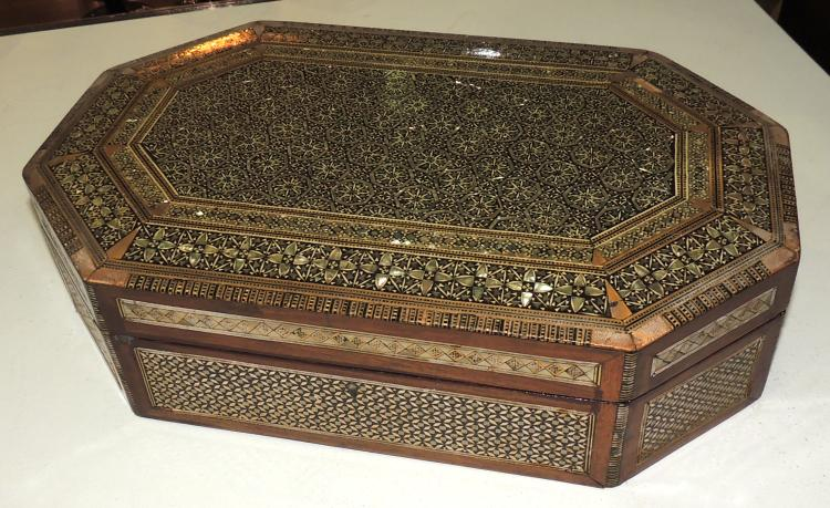 JEWELERY BOX Arabic style in marquetry and interior with apartments.Measures: 10x39x25 cm.Lig.afterin the wood.