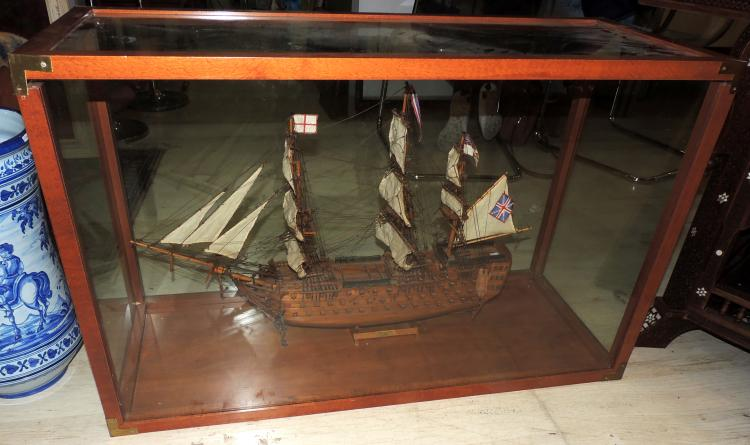 HMS VICTORY FRAGATA MODEL with British flag in wood.Measures: 80x57 cm.