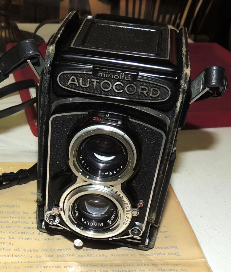 CHAMBER MINOLTA HI-MATIC Autocod manufactured in Japan with its original case and instruction booklet typed in Castilian of the time.