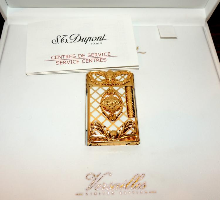 DUPONT LIGHTER in gold plate and lacquered model Versailles limited edition numbered 1356 and original box.Measures: 6.5x3.5 cm.Weight: 139 gr.