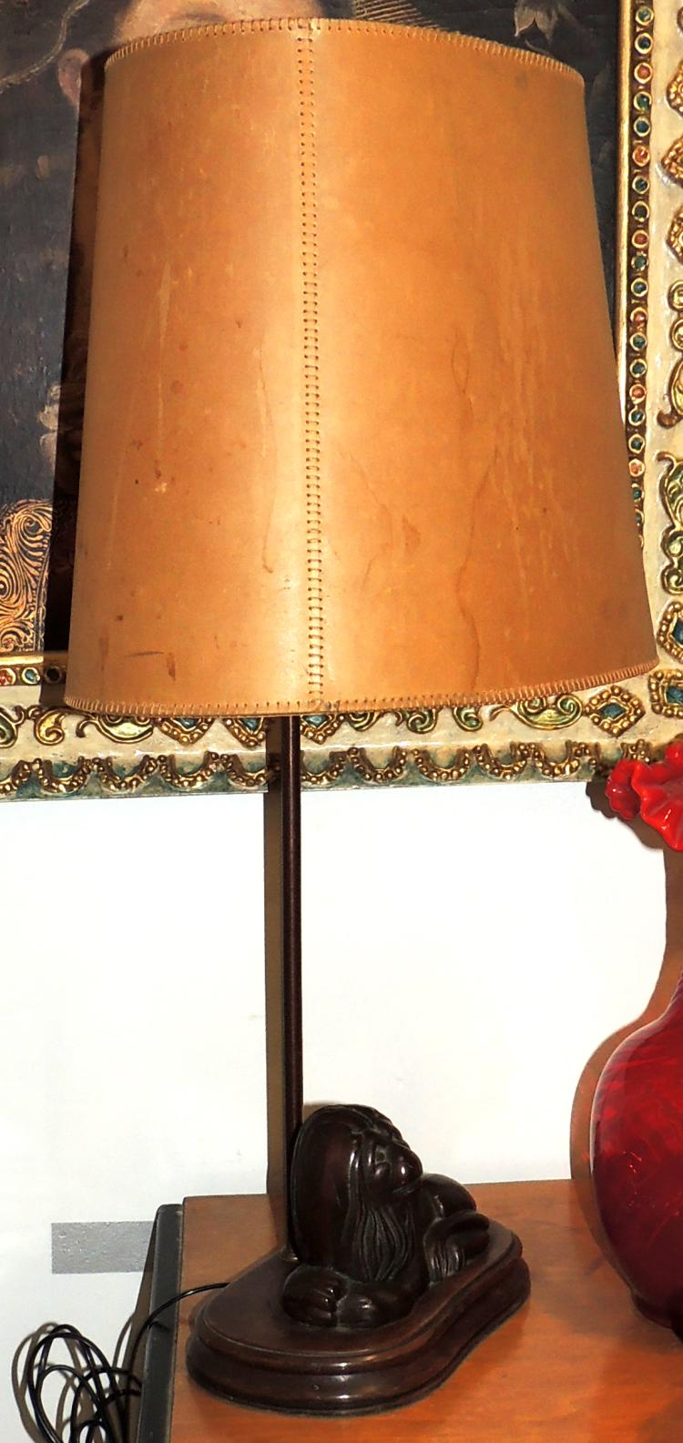 TABLE LAMP Valentí (atrib.) With lion figure in patinated metal with parchment screen.Total height: 74 cm.