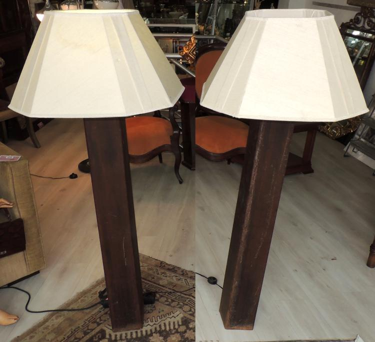 COUPLE OF FOOT LAMPS in iron as a pedestal.With discreetly pleated cloth screens.Height lamps: 120 cm with 150 cm screen.