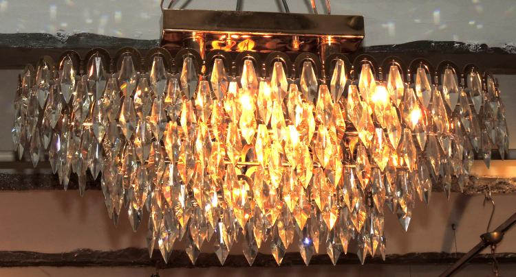CEILING LAMP 12 lights oval with structure like a crown and pendelocas detail.Measures: 82x33 cm.
