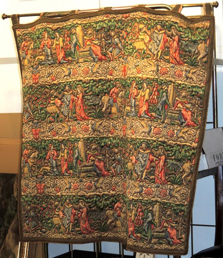 TAPIZE with motifs of historical scenes with embroidered detail.Measures: 120x117 cm.