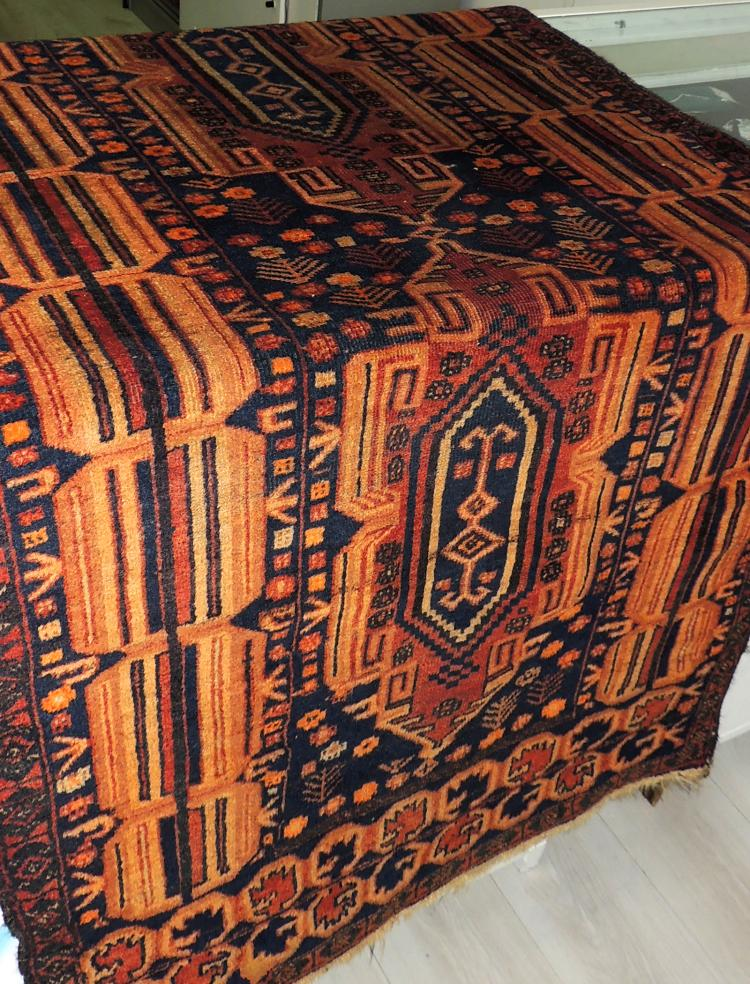 Oriental CARPET in hand-woven wool with decoration of geometric motifs in caldera tones.Measures: 178x90 cm.