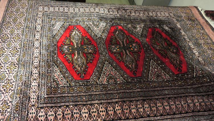 ORIENTAL CARPET in wool and silk hand-woven with decoration of geometric patterns in shades of gray, gray and black.Measures: 115x83 cm.