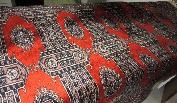ORIENTAL CARPET. SIGNED of hand-woven wool with decoration of geometric motifs in kettle, black, gray and brown tones. Measures: 200x125 cm.
