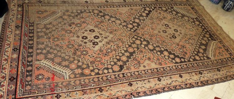 OLD ORIENTAL CARPET hand woven with geometric motifs in soft colors. Measures: 284x160 cm.