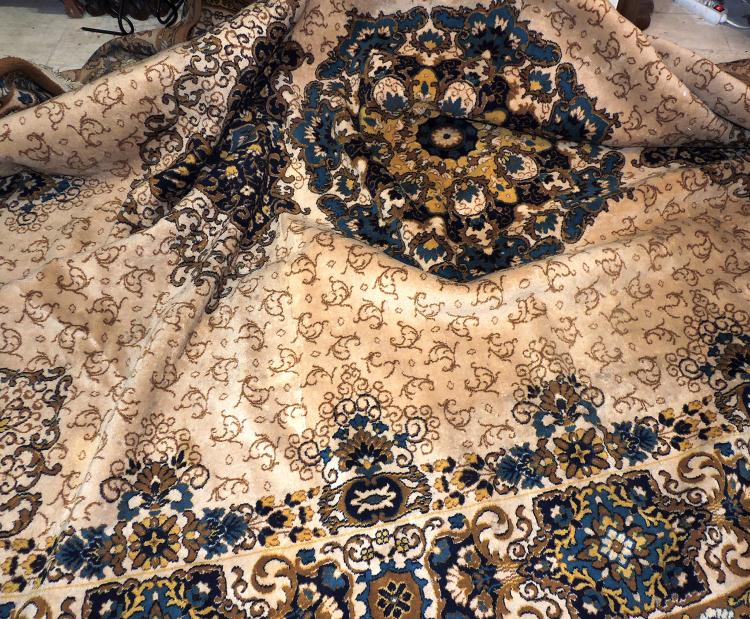 CARPET in hand-knotted wool with central medallion decoration in autumnal and yellow tones. Measures approx .: 400x300 cm. Lig. spots