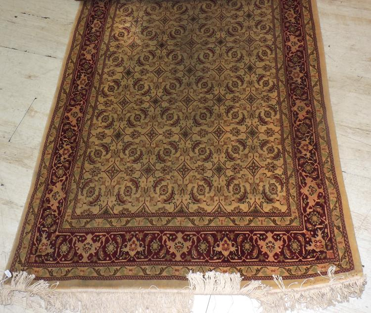 CARPET OF TABRIZ in hand-knotted wool with decoration in beige and caldera tones.Measures: 175x100 cm.