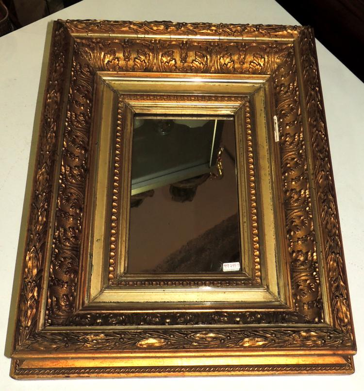 MIRROR in gilded wood with vegetal decoration.Measures: 46x38 cm.