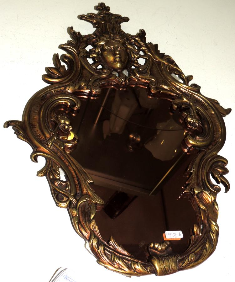 MIRROR CORNUCOPIA in gilt bronze and carved.Discrete pompadour with detail of a woman's face.Measures: 40x30 cm.