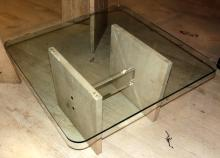 AUXILIARY TABLE of travertine and methacrylate with envelope in beveled glass.Measures: 39x70x70 cm.