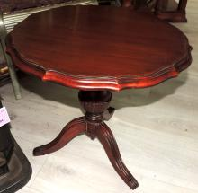 TABLE VELADOR with wooden polilobulated envelope.Support on three legs.Measures: 50x54 cm.