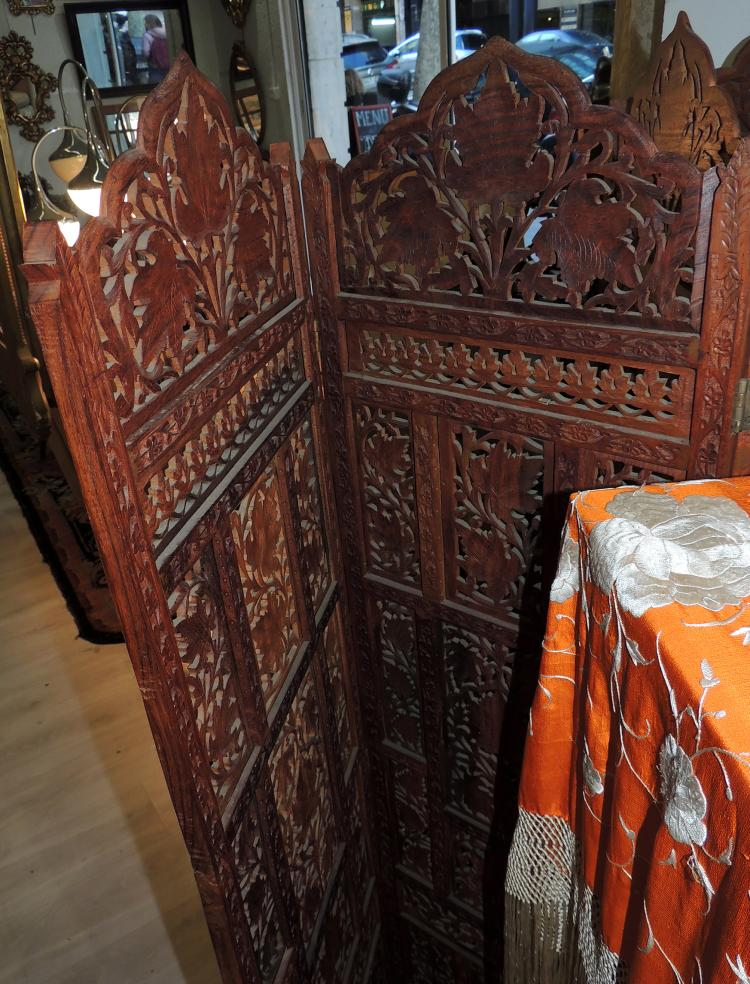 ORIENTAL SCREEN in wood with four leaves as a lattice.Measures: 160x39 cm.