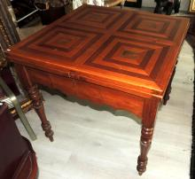 TABLE in wood with geometric pattern in contrasting woods.Extensible.Measures: 78x80x80 cm.Each wing: 37 cm.