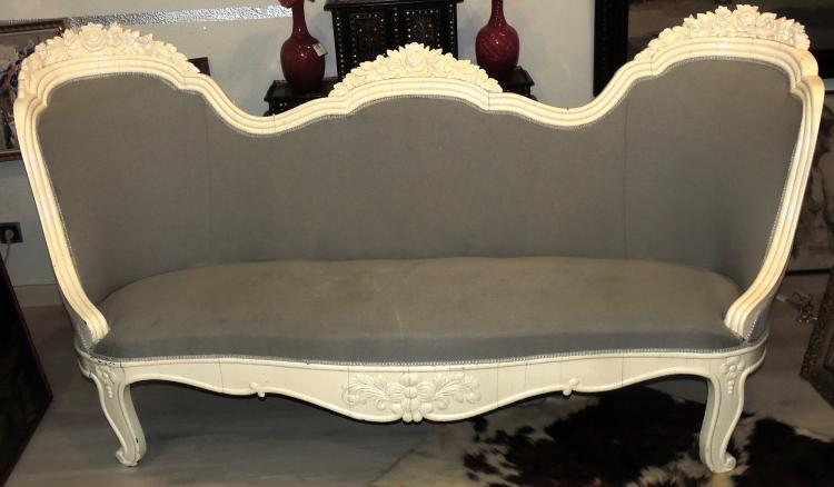 ISABELINO SOFA in mahogany wood painted with gray upholstery.Length: 220 cm.Stains on the upholstery.