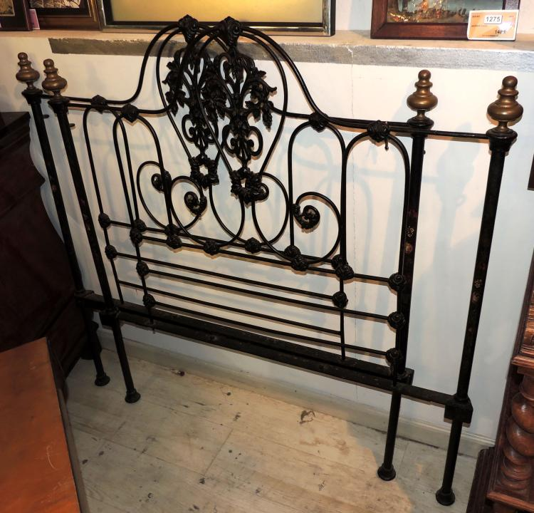 PAIR OF HEADS in wrought iron forming volutes with flower decoration. Measures: 130x111 cm.