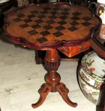 CHESS TABLE set in olive wood contrasted with circular poly lobed envelope.Drawer with pieces inside.Measures: 66x55 cm.