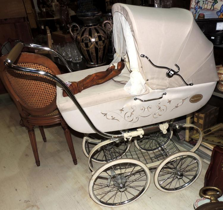 BABY STROLLER YEARS 60 with original cloth.Lig Spotting.Measures: 115x107x46 cm.