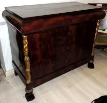 FRENCH COMFORTABLE in mahogany root, with four drawers, with golden brass side trims.Measures: 102x122x60 cm.Precise restoration.