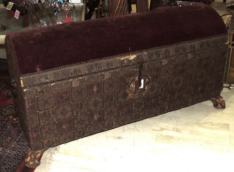 TRUNK S.XIX in upholstered and studded wood. It supports on four in claws. With desp.