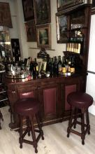 FURNITURE AND BAR BAR in wood with three shelves and aged mirror.Bar with details studded in imitation leather.With three stools.Measures: 100x145x76 cm.Furniture height: 205 cm.