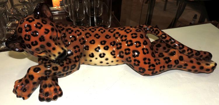 LEOPARD FIGURE in porcelain with marks on the base.Measures: 18x57 cm.