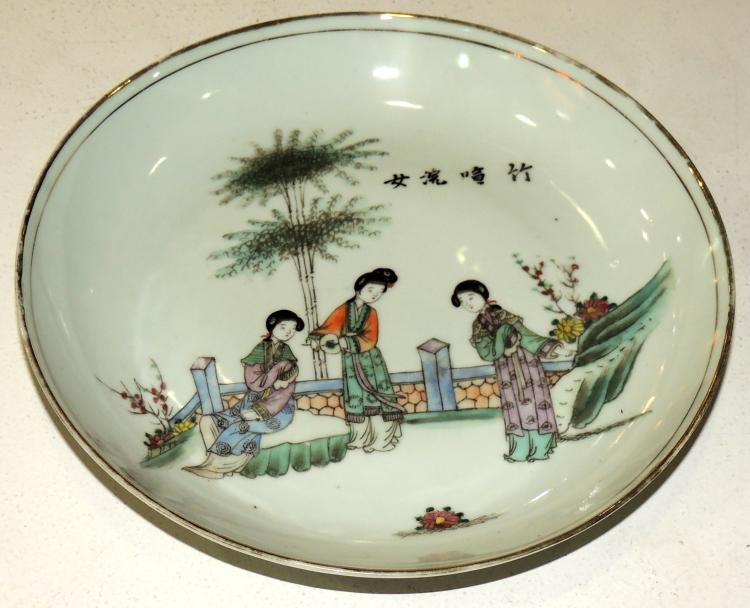 CHINESE PLATE FIN.S.XIX in porcelain with a stamp on the base with decoration of the local costumbrista scene and gold trim.Diameter: 23 cm.Possibly Pink or Green Family.