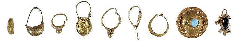 A LOT OF NINE GOLD ITEMS LB, Roman and Byzantine. Six single earrings, a mini ring, a disk with