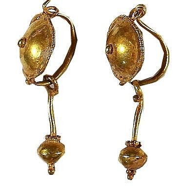 A PAIR OF GOLD EARRINGS Roman Period, ca. 2nd-4th century CE. In very good condition. 30 mm, 2.