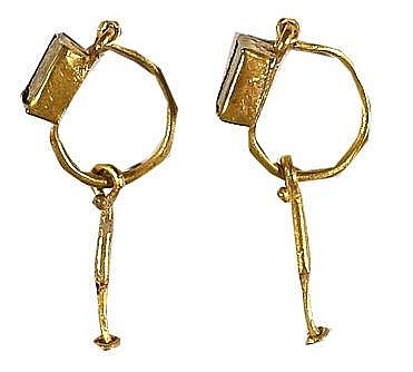 A PAIR OF GOLD EARRINGS WITH GLASS SETTINGS Roman Period, ca. 2nd-4th century CE. The two hangi