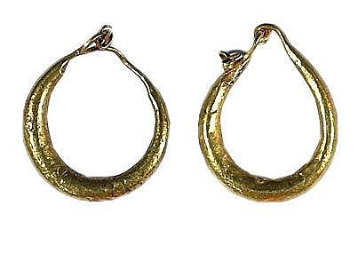 A PAIR OF GOLD EARRINGS Roman Period, ca. 2nd-4th century CE. In very good condition. 17 mm, 1.